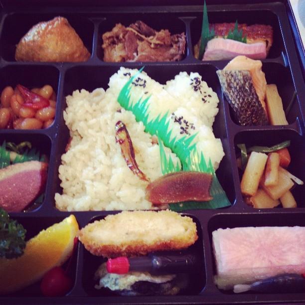 中央は小鮎。川を遡上しないで琵琶湖に残る鮎は小さいままなのだそうです。 – from Instagram