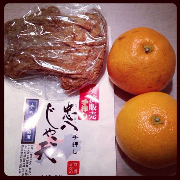 四国の形のじゃこ天と、フロントでもらえるミカン。 – from Instagram